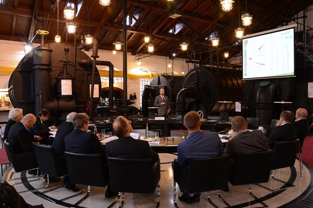 Kapituła konkursowa wysłuchuje prezentacji jednego z finalistów konkursu.