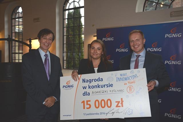 Łukasz Kroplewski, wiceprezes PGNiG ds. rozwoju (z prawej) oraz Dariusz Dzirba, wicedyrektor Departamentu Badań i Rozwoju PGNiG, wręczają symboliczny czek zwyciężczyni konkursu.